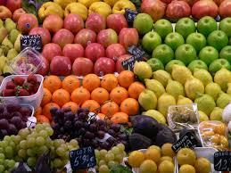 Fruta ecológica en el supermercado proveniente de agricultores genuinos y de agricultores ecológicos