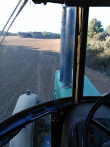 Vista desde tractor con agricultor genuino trabajando en el campo
